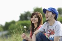 草原に座るカップル 11023003207| 写真素材・ストックフォト・画像・イラスト素材|アマナイメージズ