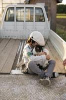 ネコを抱く少年 11023003471| 写真素材・ストックフォト・画像・イラスト素材|アマナイメージズ