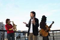 屋上で合奏する若者たち