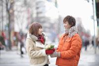 花束を渡すカップル
