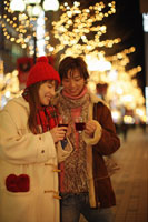 ホットワインを飲むカップル 11023004249| 写真素材・ストックフォト・画像・イラスト素材|アマナイメージズ