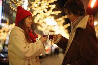 ホットワインを飲むカップル 11023004250| 写真素材・ストックフォト・画像・イラスト素材|アマナイメージズ