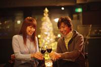 赤ワインで乾杯するカップル