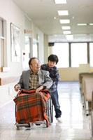 車椅子の祖父と孫 11023010126| 写真素材・ストックフォト・画像・イラスト素材|アマナイメージズ