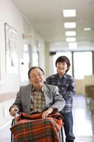 車椅子の祖父と孫