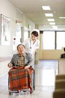 患者と看護師 11023010130| 写真素材・ストックフォト・画像・イラスト素材|アマナイメージズ