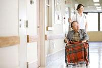 患者と看護師 11023010133| 写真素材・ストックフォト・画像・イラスト素材|アマナイメージズ