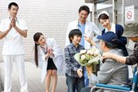 退院していく患者 11023010152| 写真素材・ストックフォト・画像・イラスト素材|アマナイメージズ