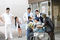 退院していく患者 11023010153| 写真素材・ストックフォト・画像・イラスト素材|アマナイメージズ
