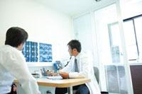 診察する医師 11023010178| 写真素材・ストックフォト・画像・イラスト素材|アマナイメージズ