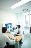診察する医師 11023010179| 写真素材・ストックフォト・画像・イラスト素材|アマナイメージズ