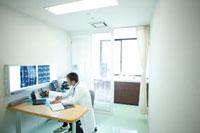 診察室で仕事をする医師 11023010185| 写真素材・ストックフォト・画像・イラスト素材|アマナイメージズ