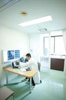 診察室で仕事をする医師 11023010186| 写真素材・ストックフォト・画像・イラスト素材|アマナイメージズ
