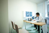 診察室で仕事をする医師 11023010187| 写真素材・ストックフォト・画像・イラスト素材|アマナイメージズ