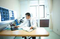 診察室で仕事をする医師 11023010188| 写真素材・ストックフォト・画像・イラスト素材|アマナイメージズ