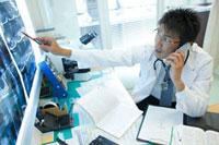 通話する医師