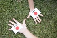 日本国旗を持つ手