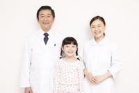 白背景 子供と看護師と中高年男性医師