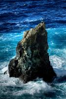 海中に立つ岩