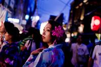 夜の祭りの浴衣女性 11023017411| 写真素材・ストックフォト・画像・イラスト素材|アマナイメージズ