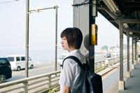 駅のホームの女子高生
