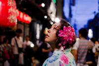 夜の祭りの浴衣女性 11023017492| 写真素材・ストックフォト・画像・イラスト素材|アマナイメージズ