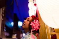 夜の祭りの浴衣女性 11023017494| 写真素材・ストックフォト・画像・イラスト素材|アマナイメージズ