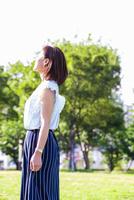 公園に立つ女性