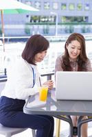 オープンカフェでパソコンを開くビジネスウーマン 11023017725| 写真素材・ストックフォト・画像・イラスト素材|アマナイメージズ