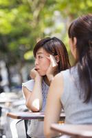 オープンカフェで過ごす女性