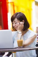 オープンカフェでパソコンを開く女性 11023017804| 写真素材・ストックフォト・画像・イラスト素材|アマナイメージズ