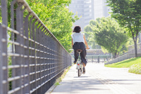 自転車に乗る女性 11023017874| 写真素材・ストックフォト・画像・イラスト素材|アマナイメージズ