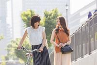自転車を押す女性と歩く女性