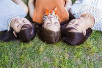 芝生に寝転ぶ女性