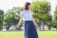 公園に立つ女性 11023017922| 写真素材・ストックフォト・画像・イラスト素材|アマナイメージズ