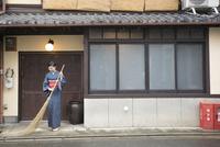 ほうきで掃く着物姿の女性 11023018641| 写真素材・ストックフォト・画像・イラスト素材|アマナイメージズ