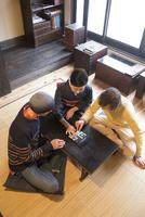 仲居と会話する外国人 11023018662| 写真素材・ストックフォト・画像・イラスト素材|アマナイメージズ