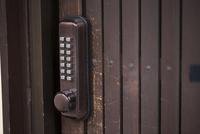 戸の鍵 11023018785| 写真素材・ストックフォト・画像・イラスト素材|アマナイメージズ