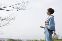 空を背景に着物姿の女性