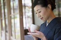 お茶を持つ着物姿の女性 11023018875| 写真素材・ストックフォト・画像・イラスト素材|アマナイメージズ