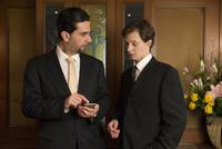 会話するスーツ姿の外国人