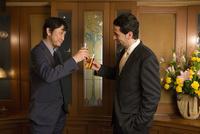 乾杯する外国人と男性