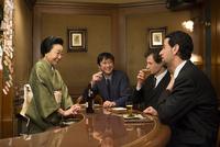 スーツ姿の外国人と男性と着物姿の女性 11023018974| 写真素材・ストックフォト・画像・イラスト素材|アマナイメージズ