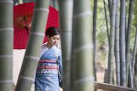 竹林を歩く着物姿の女性 11023018994| 写真素材・ストックフォト・画像・イラスト素材|アマナイメージズ