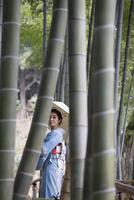 竹林を歩く着物姿の女性 11023019000| 写真素材・ストックフォト・画像・イラスト素材|アマナイメージズ