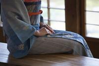 日本家屋で座る女性