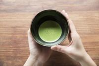 抹茶を持つ手 11023019144| 写真素材・ストックフォト・画像・イラスト素材|アマナイメージズ