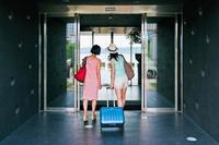 ホテルに入る女性二人の後ろ姿