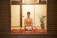 正座をする着物姿の女性 11023019664| 写真素材・ストックフォト・画像・イラスト素材|アマナイメージズ