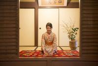 正座で礼をする着物姿の女性 11023019665| 写真素材・ストックフォト・画像・イラスト素材|アマナイメージズ